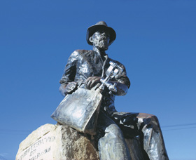 Paddy Hannans Statue - Accommodation Ballina