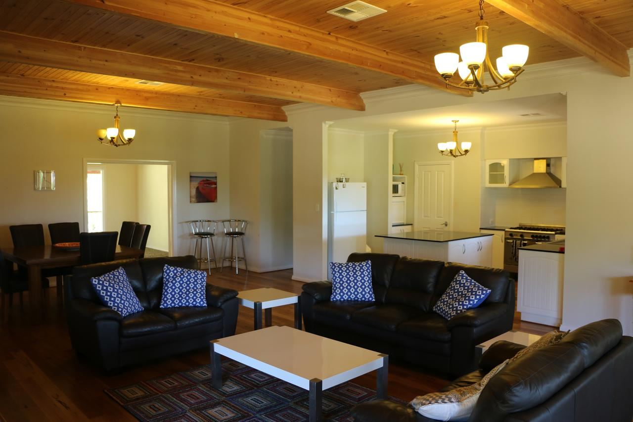 Burton Farmhouse - Accommodation Ballina