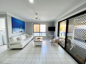 STYLISH RESIDENCE LARGE PRIVATE YARD - CLOSE TO DREAMWORLD - Accommodation Ballina