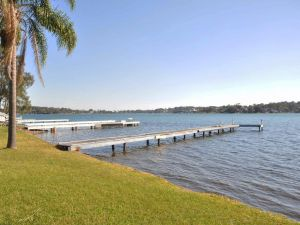 The Studio on the Lake  Fishing Point Lake Macquarie - honestly put the line in and catch fish - Accommodation Ballina
