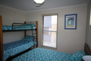1 Naiad Court - Lowset family home with swimming pool and covered deck. Pet friendly - Accommodation Ballina